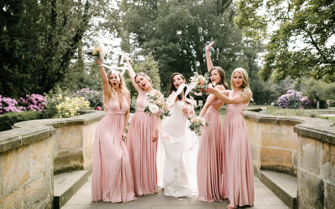 Fünf Frauen halten den Brautstrauß auf einer Hochzeit